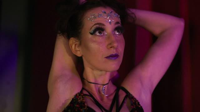 woman stretching - musical burlesco video stock e b–roll