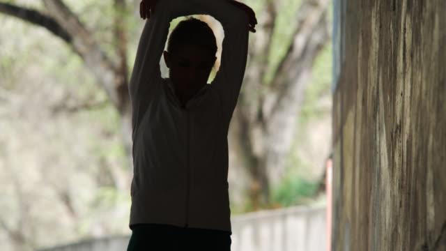vidéos et rushes de woman stretching - seulement des jeunes femmes