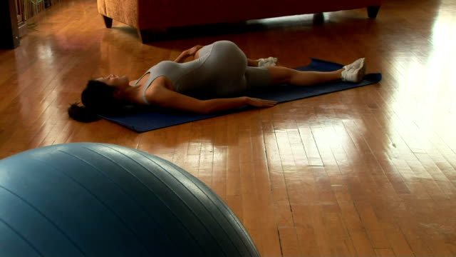 woman stretching - gymnastikanzug stock-videos und b-roll-filmmaterial