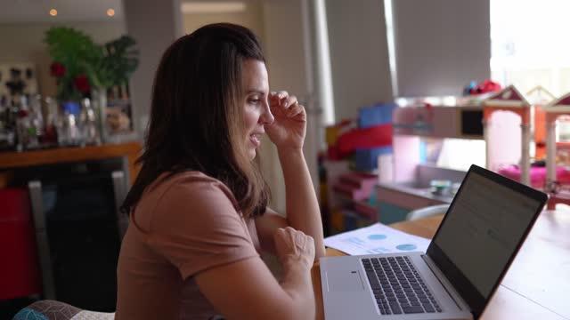 vídeos de stock, filmes e b-roll de mulher esticando trabalhando usando laptop em casa - só uma mulher madura