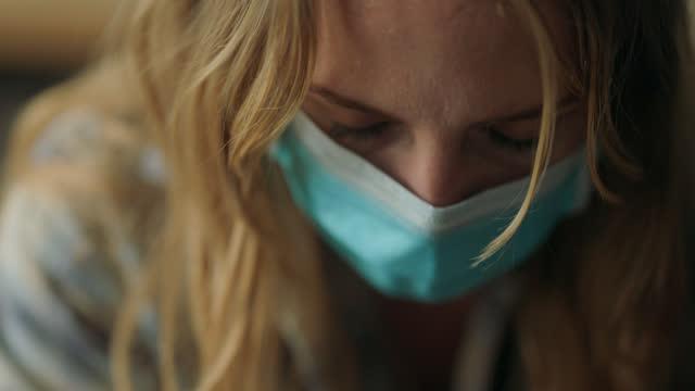 vídeos y material grabado en eventos de stock de cu woman struggling with addiction and wearing protective face mask sits with head bowed - luto