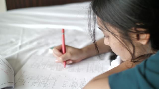試験勉強中の女性 - 試験点の映像素材/bロール