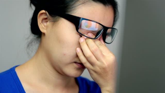 vidéos et rushes de femme souffrant de fatigue oculaire - douleur