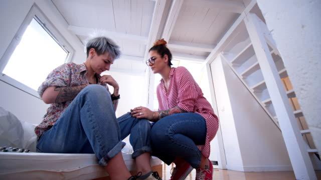 frau leiden grippe - lesbe lesben stock-videos und b-roll-filmmaterial