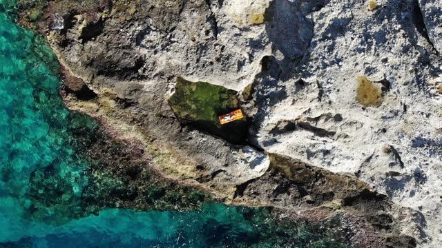 vídeos y material grabado en eventos de stock de mujer tomando el sol en el lecho marino. piscina natural en rocas. disfruta del mar. - lecho del mar
