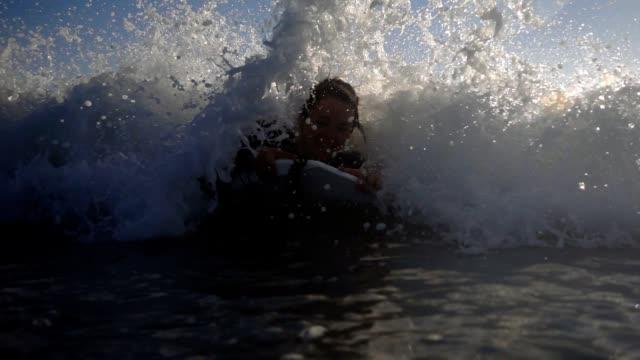 vídeos de stock, filmes e b-roll de woman surfing. - diving suit