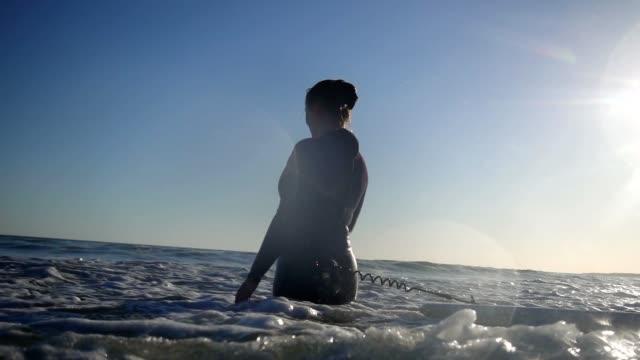vídeos de stock, filmes e b-roll de woman surfing. - traje de mergulho