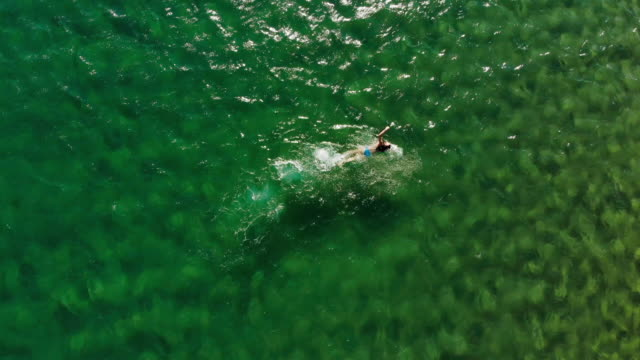 vidéos et rushes de femme nager dans la mer égée - image dépouillée