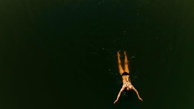 vídeos de stock, filmes e b-roll de mulher nadando no lago. actividades de verão - lago
