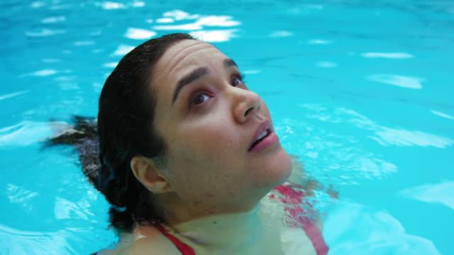 woman swimming - piscina pubblica all'aperto video stock e b–roll