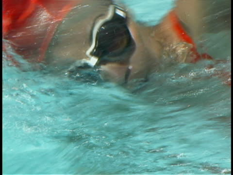 stockvideo's en b-roll-footage met woman swimming - buitenbad