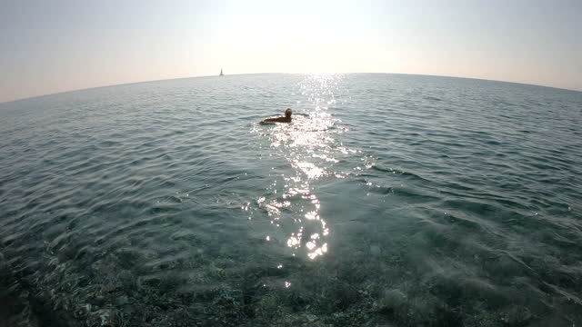 donna nuota in acqua di mare cristallina - barca da diporto video stock e b–roll