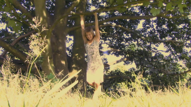vídeos de stock e filmes b-roll de ws woman swinging from tree / hampstead, united kingdom - braço humano