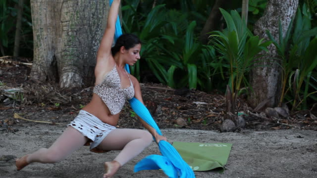 vidéos et rushes de ms ts woman swings from fabric which is hung from large tropical trees as she dances along ground / montezuma, puntarenas, costa rica - kelly mason videos