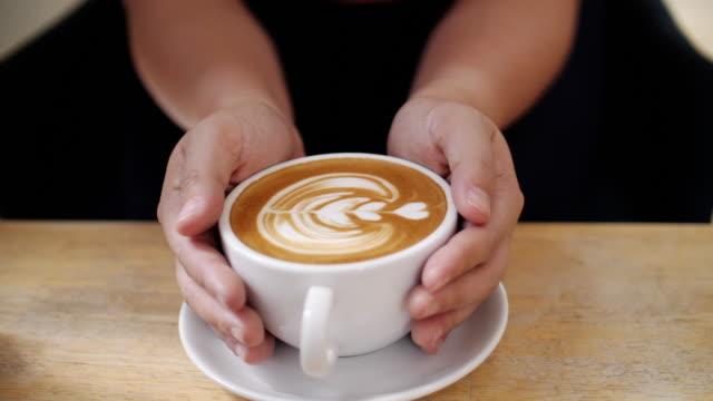 vídeos y material grabado en eventos de stock de mujer tomar un café en cafe, tiro de muñeca, slow motion - coffee drink