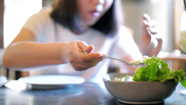 女性は健康的な食事サラダを取る - サラダ点の映像素材/bロール