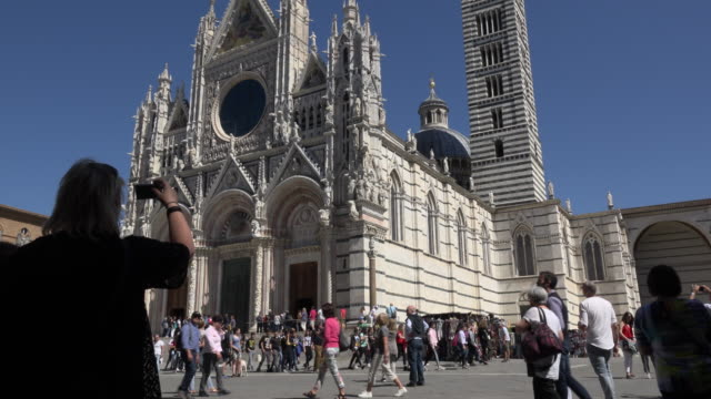 woman takes a picture of santa maria assunta cathedral - besichtigung stock-videos und b-roll-filmmaterial