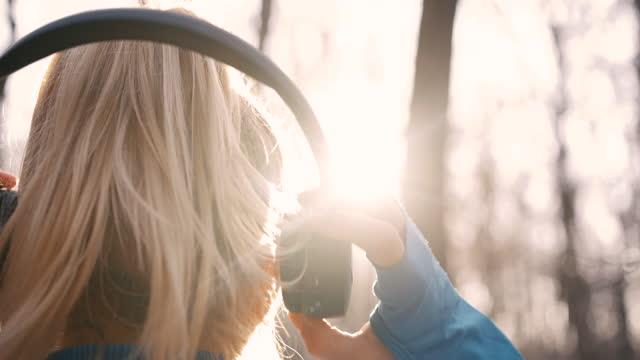 vídeos y material grabado en eventos de stock de slo mo woman quita los auriculares de sus oídos mientras está en el bosque - auriculares una persona escapismo vista posterior cabeza y hombros