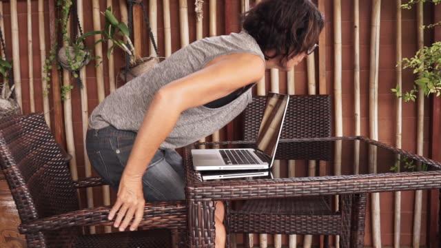 vidéos et rushes de femme prenant une rupture de l'ordinateur - partir
