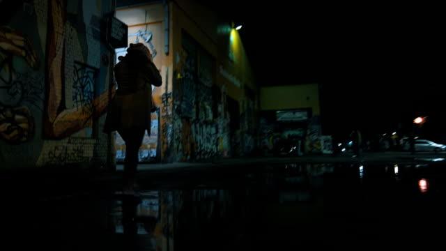 Vrouw nemen van een lange wandeling