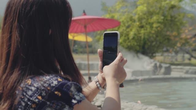 Vrouw het nemen van een foto van Beautiful scene