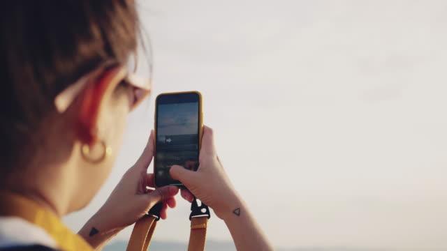 ビーチで自分撮りをする女性 - sunglasses点の映像素材/bロール