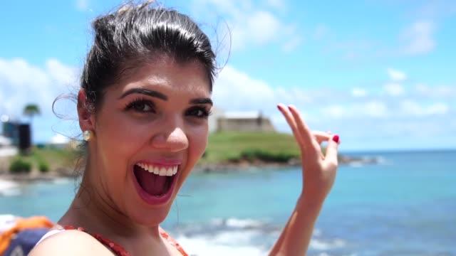 vídeos y material grabado en eventos de stock de mujer tomando un selfie en farol da barra, salvador de bahía, brasil - bahía