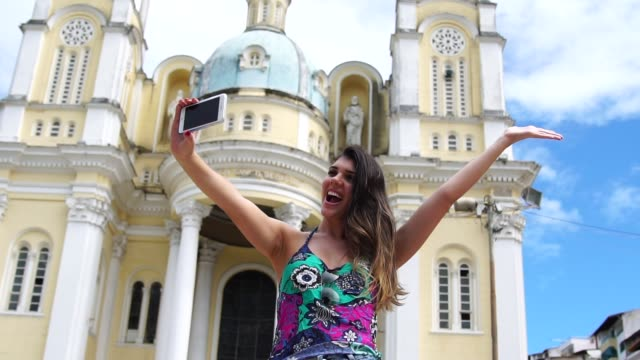 vídeos de stock, filmes e b-roll de mulher tomando uma selfie em ilhéus, bahia, brasil - objeto manufaturado