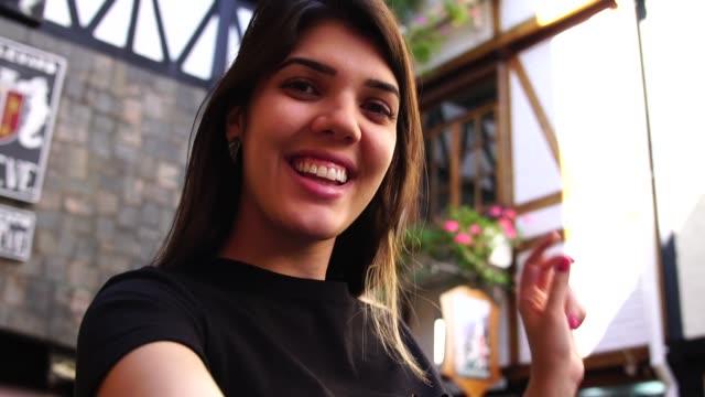 vídeos de stock, filmes e b-roll de mulher tomando uma selfie na pequena vila de germânico - cidade pequena
