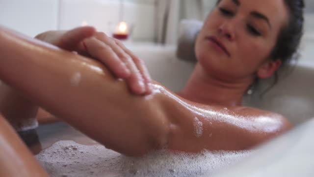 vídeos de stock e filmes b-roll de woman taking bath. - banheira
