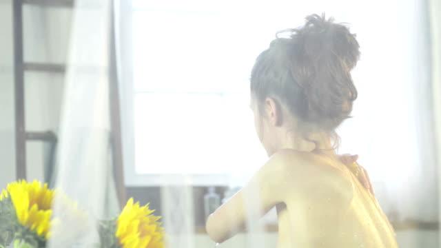 vídeos de stock, filmes e b-roll de woman taking bath - cortina