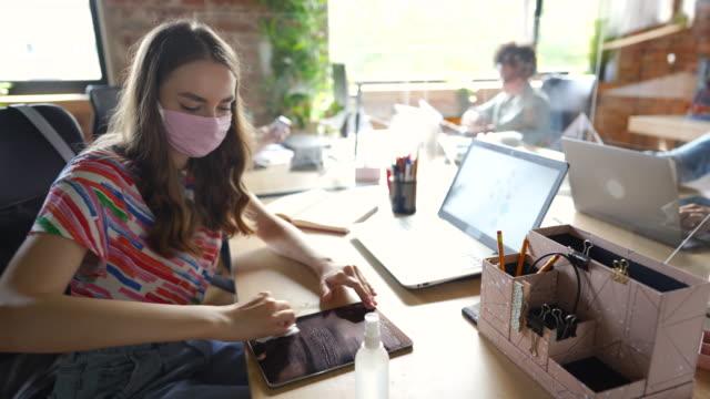 stockvideo's en b-roll-footage met vrouw die hygiëne tijdens covid-19 pandemie verzorgt - heropening