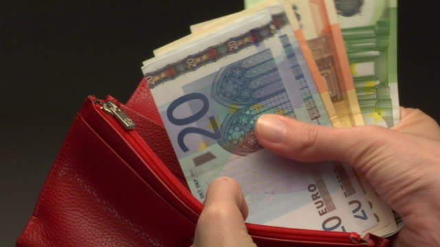 vidéos et rushes de cu, woman taking euro banknotes from wallet, close-up of hand - billet de banque euro