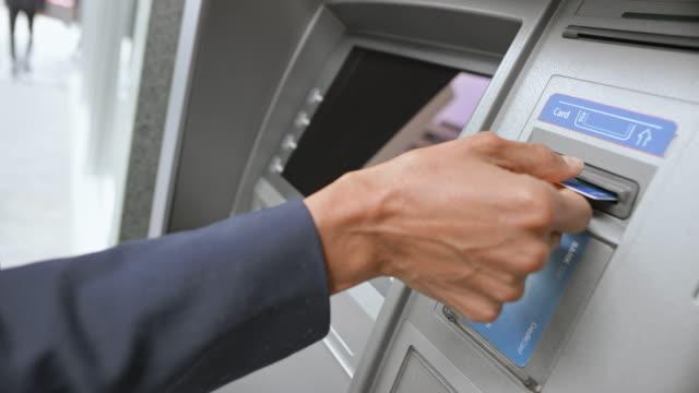 vídeos y material grabado en eventos de stock de mujer de ld tomar su tarjeta de crédito y dinero en el cajero automático - cajero