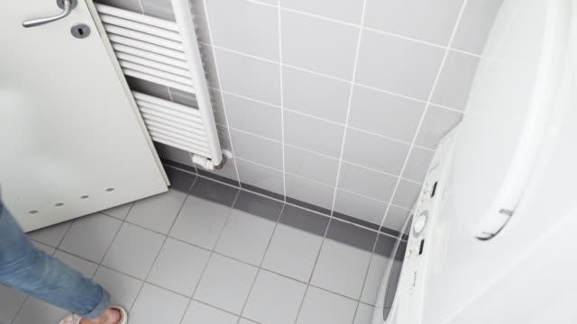 frau mit wäsche aus der waschmaschine - entladen stock-videos und b-roll-filmmaterial