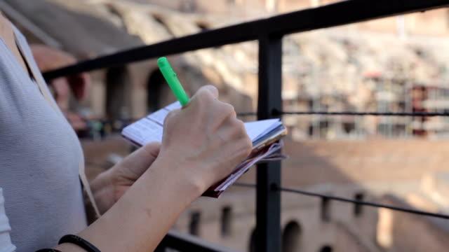 女はノート内コロシアム ローマ、イタリアでの観光です。 - ラツィオ州点の映像素材/bロール