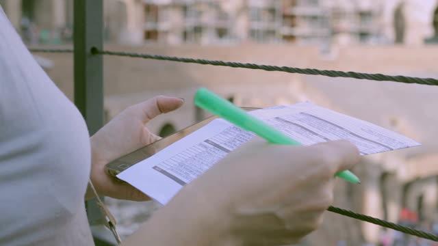 女性撮影ノート内コロシアム ローマ、イタリアでの観光 - ラツィオ州点の映像素材/bロール