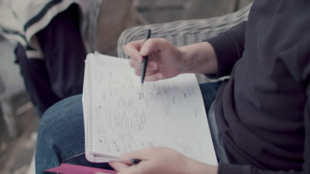 vídeos de stock, filmes e b-roll de woman taking notes - caderno de anotação