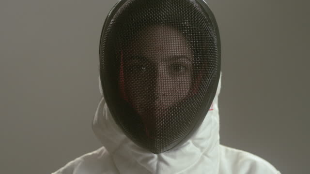 vídeos y material grabado en eventos de stock de cu portrait woman taking off fencing mask and looking at camera/ new york, new york - en guardia