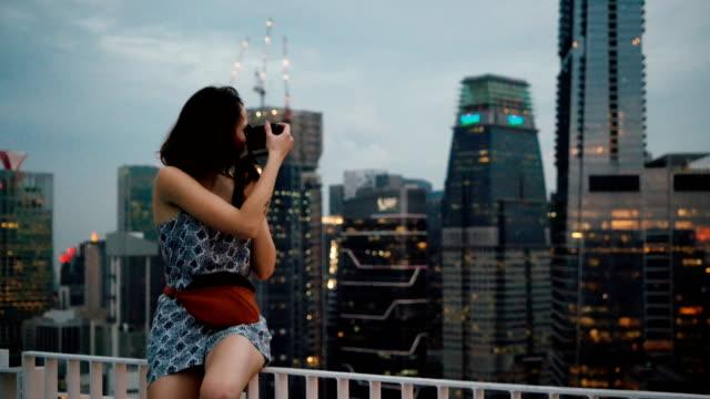 Frau nehmen Foto des Stadtbildes von Singapur aus Sicht