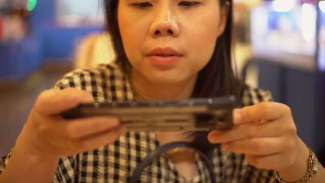 vídeos de stock, filmes e b-roll de mulher que toma o retrato da panqueca. - photo shooting