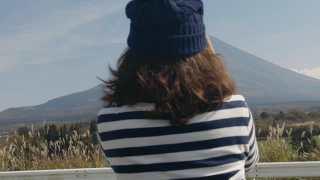 女性のカメラで、富士山の写真を撮る - 山梨県点の映像素材/bロール