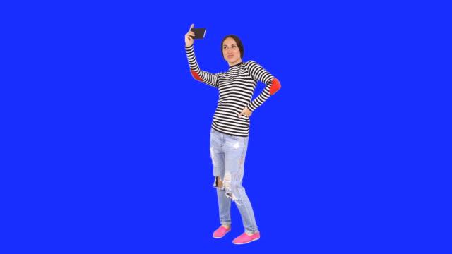 vídeos de stock, filmes e b-roll de mulher tomando selfie com telefone celular - full length