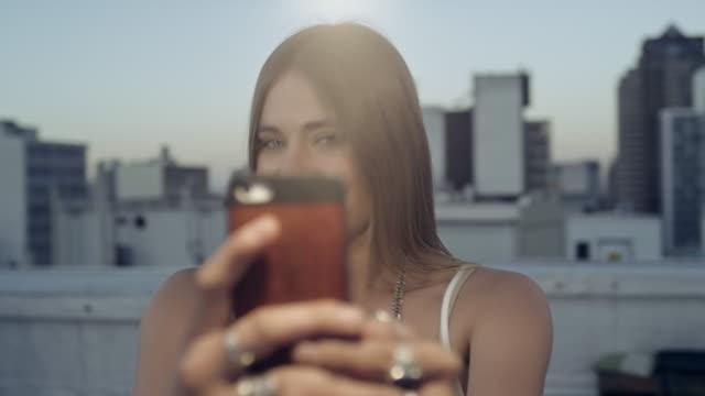 Donna prendendo selfie sul tetto