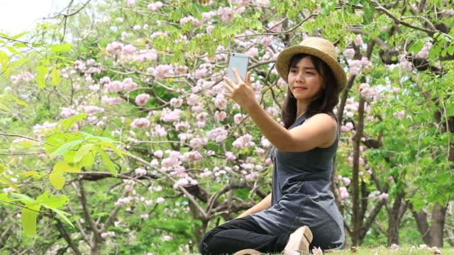 Frau, die Selfie mit Smartphone