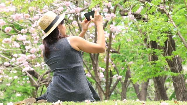 Frau nehmen selfie mit Smartphone