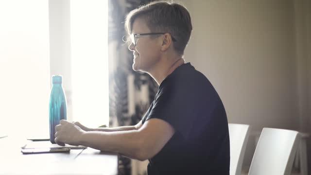 frau spricht und lacht mit einem freund zu hause - einzelne frau über 30 stock-videos und b-roll-filmmaterial