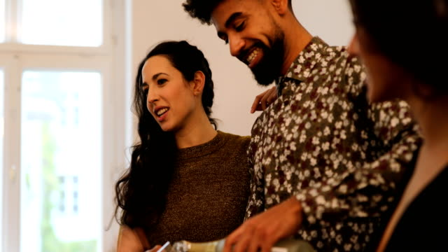 vídeos de stock, filmes e b-roll de mulher falando por homem servindo champanhe em casa - vínculo
