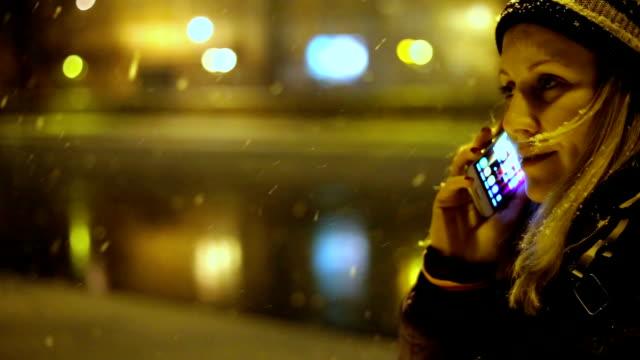 Donna parlando al telefono in inverno tempo