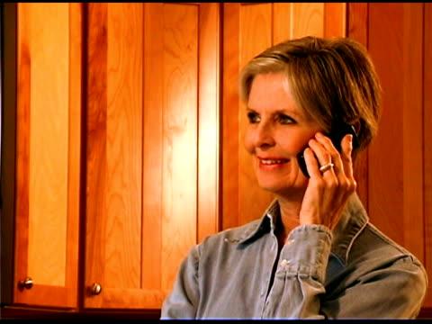 vidéos et rushes de woman talking in the phone - une seule femme d'âge mûr